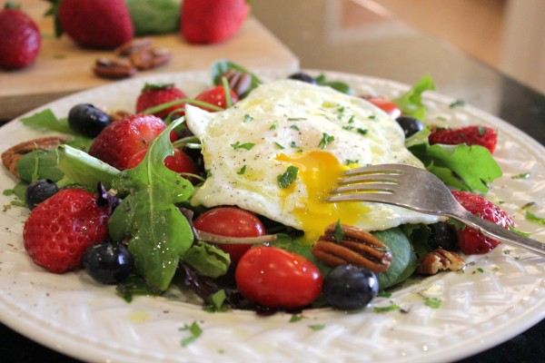 Healthy-Breakfast-Salad-With-Fried-Egg-Plated-3