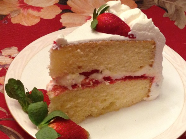 Fotos - Cake With Strawberries And Whipped Cream Filling The Cake Was ...