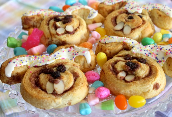 Post image for Cinnabunnies – Cinnamon Roll Easter Bunnies – Fun Easter Recipe for Kids